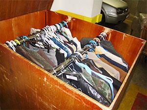 organizando roupas mudança