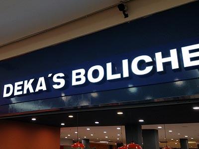 Letra caixa do Deka's Boliche