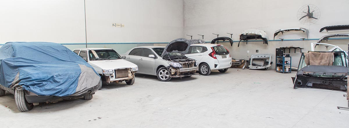 Carros com a lataria danificada