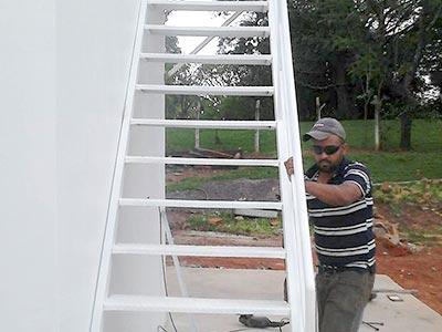 Instalação de escadas de metal