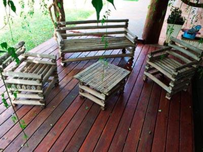 bancos e assoalho de madeira