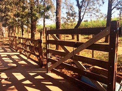 cercas e poteiras de madeira