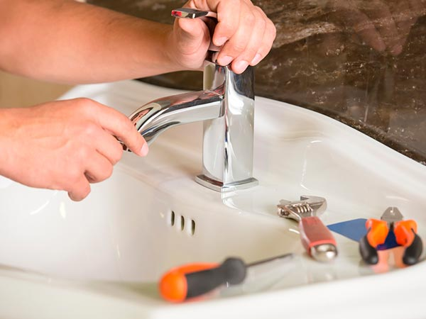 Instalação e conserto de torneira