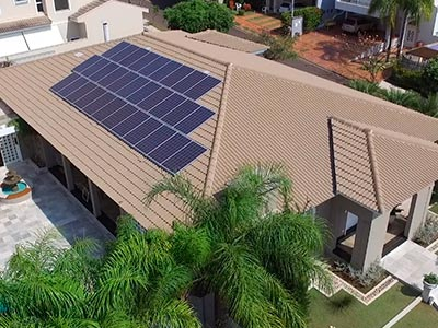 Residência que usa energia fotovoltaica