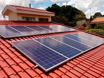 Instalação de placa de geração de energia fotovoltaica